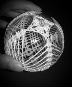 Bombki szydełkowe = DIY Crochet Christmas Ornaments, Christmas Crochet Patterns, Burlap Christmas, Christmas Bells, Ball Ornaments, Christmas Angels, Crochet Doily Rug, Crochet Ball, Thread Crochet