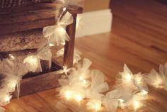 BOAS IDEIAS/JARDIM DO CORAÇÃO Quem aí adora luzes de Natal levanta a mão!! Confesso à vocês que aquele pisca-pisca sem fim faz bater mais forte o meu coração. Desconfio seriamente que há um toque de magia nessas luzes. Elas têm o poder de acender as lembranças mais doces, da vida e da infância. Posso passar …
