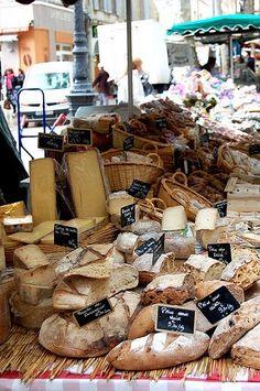 Du pain et du fromage dans le marché à Aix-en-Provence, France
