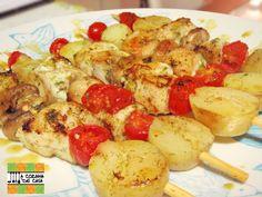 Espetinhos de peixe com batatinhas, tomates-cereja e cogumelos