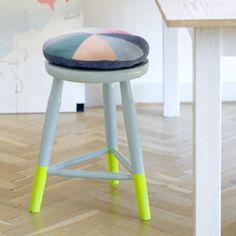 Red dine loppefund med lidt maling i forskellige farver og sjove ben.