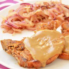 Costeleta de porco com molho de mostarda e mel e cebolas caramelizadas
