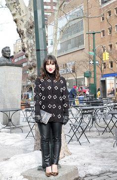 Look da Mandy: calça de couro preta, blusa de gola rolê, casaco H&m bordado, scarpin de oncinha Carmen Steffens e clutch livro Kate Spade. NYFW, Nova York