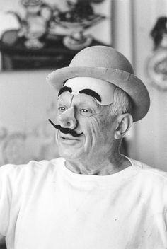 Pablo Picasso portant un masque de clown Juillet 1957, photograph: David Douglas Duncan