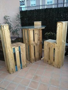 This image will bring you out with the superb idea where the engaging use of wood pallet has been put up for the creation of pallet table and chair furniture. A much rough designing of pallet crafting has been done that is so much attention-grabbing looking.