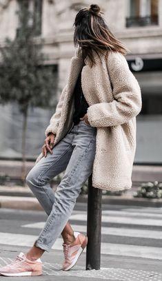 winter street style perfection | fur coat + sweater + boyfriend jeans + sneakers #omgoutfitideas #streetfashion #trendy