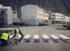 アイスランドで行われているのはトリックアートを利用した3D横断歩道を描き、車の事故を防ごうという動きであるのだ。まるで宙に浮いているかのような横断歩道が登場した。