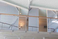 Las habitaciones se diluyen con el resto del espacio a doble altura. Proyecto: Habitación de invitados. Diseñador: Alfons Tost Interior Design