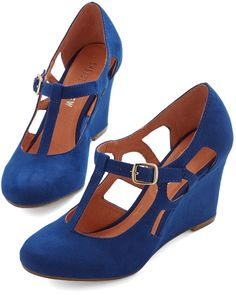 You could stroll along forever in these chic blue … Fresh Blueberry Fields Wedge. You could stroll along forever in these chic blue wedges by Chelsea Crew! Pretty Shoes, Beautiful Shoes, Cute Shoes, Me Too Shoes, Vintage Heels, Retro Vintage, Retro Heels, Vintage Style, Blue Wedges