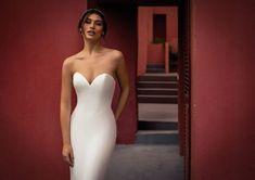 Dieses wunderschöne Brautkleid aus der aktuellen White One Kollektion 2021 findest Du bei Boesckens in Erkelenz. Es ist eines von hunderten Brautkleidmodellen, die Du in allen Größen von 32 bis 58 bei uns erleben kannst. Die allermeisten Bräute buchen rechtzeitig vor der Hochzeit einen unverbindlichen Beratungstermin, damit sie ihr ganz persönliches Traumkleid bei uns finden. Wir freuen uns auf Dich!   ::  #brautkleid #hochzeitskleid #boesckens Strapless Dress Formal, Formal Dresses, Wedding Dresses, Fashion, New Wedding Dresses, Registry Office Wedding, Marriage Dress, Scale Model, Nice Asses