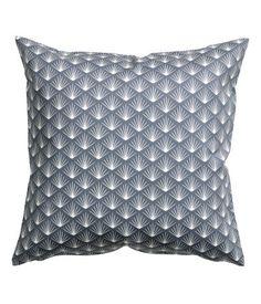 Mørk grå. Et putetrekk i bomullstwill med trykt mønster. Skjult glidelås.