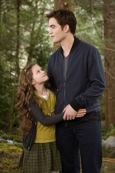 Mackenzie Foy and Robert Pattinson as renesmee and Edward Cullen in the iconic daughter and dad picture