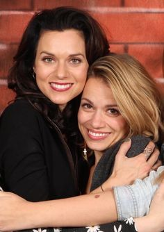 One Tree Hill - Haley James Scott (Bethany Joy Lenz) / -and Peyton Sawyer (Hilarie Burton)