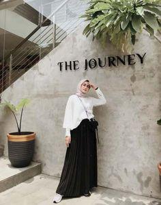 New style inspiration hijab casual Ideas Street Hijab Fashion, Muslim Fashion, Ootd Fashion, Skirt Fashion, Fashion Outfits, Casual Hijab Outfit, Hijab Chic, Hijab Dress, Hijab Fashion Inspiration