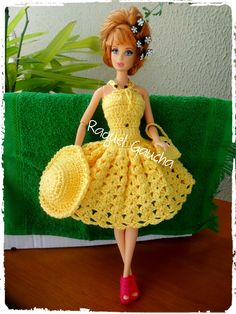 #Anne, #Vestido #Dress #Hat #Purse #Bolsa #Chapéu #Sombrero #Doll #Muñeca #Barbie #RaquelGaucha Barbie Crochet Gown, Crochet Barbie Patterns, Crochet Barbie Clothes, Barbie Gowns, Doll Clothes Barbie, Barbie Dress, Doll Clothes Patterns, Crochet Dolls, Knitted Dolls