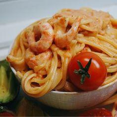 En enkel och väldigt god middag, krämig tomatpasta med räkor, så gott och det passar perfekt som middag vilken dag som helst.