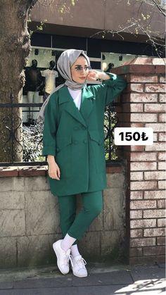Young hijab Source by Niqab Fashion, Modern Hijab Fashion, Muslim Fashion, Modest Fashion, Casual Hijab Outfit, Hijab Chic, Winter Mode Outfits, Winter Fashion Outfits, Muslim Girls