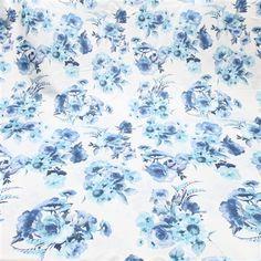 Tecido cetim italiano branco floral azul