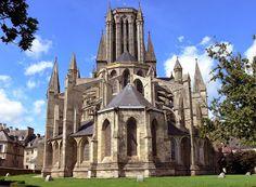 Coutances (Francia) La Catedral de Nuestra Señora es un templo gótico normando del siglo XIII con una fachada románica y con dos agujas y un tiburio. La nave, se reconstruyó antes del coro entre el 1220 y 1235; los capiteles en ábaco circular. El altar mayor (1755), uno de los mayores de Francia; las agujas alcanzan la altura de 75 y 77 metros.