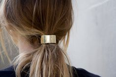 Low ponytail with a golden touch