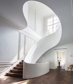 ow that's smooth. Stunning stairs by architect @stevenharrisarchitects #foyer #stairs #homegoals #dreamhouse #interiorinspiration 📷 by