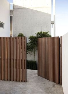 Awesome Backyard fence ornaments,Modern fence gate design and Front yard fence edmonton. Tor Design, Privacy Fence Designs, Privacy Screens, Sloped Yard, Front Fence, Brick Fence, Cedar Fence, Dog Fence, Pallet Fence