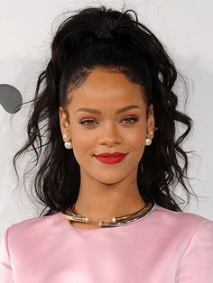 Rihanna Posts No Makeup Selfies and Looks Flawless, Plus Other Celebs Who Look Better Without Makeup Rihanna, Lipstick Colors, Lip Colors, No Makeup Selfies, Celebrity Eyebrows, Wispy Hair, Without Makeup, Fair Skin, Celebs