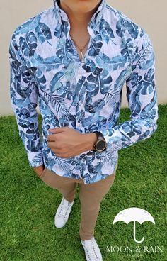 Outfit Opara hombre, camisa slim fit blanca de hojas verde, pantalón de gabardina y tenis blancos | Diseños de la marca Moon & Rain y Tiendas Platino