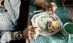 Les bagues de Veronica Fanfani orne une assiette peinte à la main