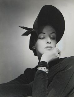 Vintage Fashion Fashion photo by George Platt Lynes, for Vogue magazine via mfkopp from anneyhall (via anneyhall) - Moda Vintage, Vintage Chic, Vintage Glamour, Vintage Beauty, Vintage Hats, Unique Vintage, Moda Pin Up, 1940s Hats, Couture Vintage