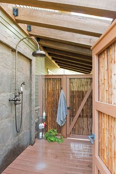 Apartment Therapy put together a series of 21 refreshingly beautiful outdoor showers. In these warm summer months we love the idea of enjoying a relaxing and rejuvenating shower in your outdoor space Outdoor Baths, Outdoor Bathrooms, Indoor Outdoor, Outdoor Decor, Outdoor Shower Fixtures, Outdoor Kitchens, Outdoor Shower Enclosure, Solar Shower, Outdoor Privacy