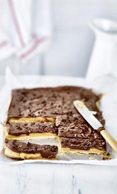 Miljonäärikeksit eli millionaire's shortbread. Shortbread, No Bake Desserts, Tiramisu, Banana Bread, Deserts, Food And Drink, Sweets, Cookies, Eat