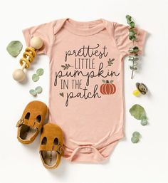 Bodysuits bonitos do Dia das Bruxas - Oh, Baby! Baby Kind, Cute Baby Girl, Our Baby, Cute Babies, Baby Girl Onesie, Baby Baby, Cute Baby Onsies, Baby Sleep, Baby Bodysuit