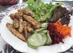 Já que não vou cair na folia  o almoço do sábado de Carnaval foi Low Carb : Iscas de Frango com Salada de folhas  cenoura  beterraba  pepino e semente de girassol. #alquimiafuncional #orgânicos #lowcarb #comidadeverdade #comercolorido #comidafuncional by sandra_araujo_silveira