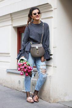 Satin Mules, Ripped Mom Jeans & Fresh Pink Tulips - Was ich im Frühling liebe? Jede Woche frische Tulpen für die Wohnung zu kaufen! Ich liebe Tulpen...
