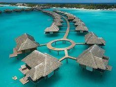 Cabanas em meio ao Oceano Pacífico na Polinésia Francesa