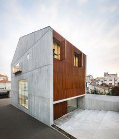 AZO sequeira arquitectos reconstructs house in bonfim