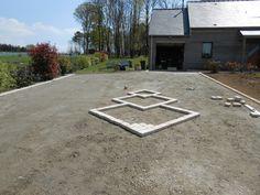 Dessin en pavés dans l'accès au garage et à la maison pour casser la masse d'enrobé.