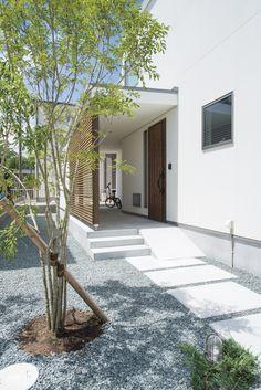 玄関までのアプローチが美しい。#玄関 #アプローチ #ゆとり #格子壁 愛知(豊橋・豊川・新城)の注文住宅なら「ハピナイス」。あなたらしさをプラスしたデザイン注文住宅。ライフスタイルに合わせて、暮らしを楽しむオンリーワンの家づくりをいたします。 House Front, My House, Exterior Design, Interior And Exterior, Gazebos, Door Gate Design, Garden Landscape Design, House Entrance, Porches