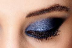 É bem fácil disfarçar pálpebras caídas apenas com maquiagem e assim ganhar olhos expressivos. Do que você vai precisar? De iluminador, máscara para cílios e sombras escuras. Veja