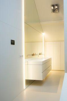 Kijk naar deze zolderverdieping die op een prachtig manier is verbouwd tot master bathroom. Het opvallende glasmozaïek van Sicis is speels en uitdagend   badkamer ideeën   design badkamers   bathroom decor