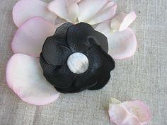 Articles similaires à broche fleur en cuir noir, coeur en velours gris sur  Etsy c788c641cc8