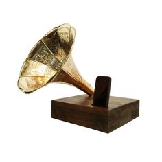 King's iPhone Dock and Speaker with Antique Phonograph Horn