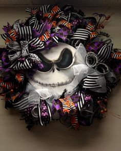 halloween wreaths Enrich your homes doorstep with the DIY Halloween wreaths this Halloween. Check out the list of ways you can decorate your wreath keeping the theme intact. Burlap Halloween, Halloween Chalkboard, Halloween Witch Wreath, Halloween Ribbon, Halloween Season, Diy Halloween Decorations, Easy Halloween, Halloween Pumpkins, Halloween Crafts
