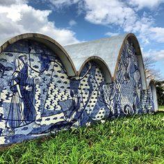 Catedral da Pampulha, arquitetura de #OscarNiemeyer e pintura de #Portinari. 💙 Dia lindo para turismo em Belo Horizonte! #viagemjovem Cowboy Hats, Lion Sculpture, Statue, Art, Beautiful Day, Arquitetura, Destinations, Tourism, Pintura