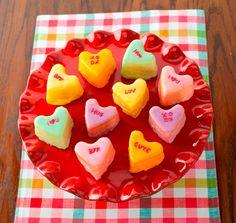Liefde is zo kleurrijk als... zelfgebakken cakejes versierd met verschillende kleuren fondant. In de 'Conversation Hearts' bakvorm van Nordic Ware bak je 6 hartvormige cakejes tegelijkertijd, voorzien van romantische woorden.