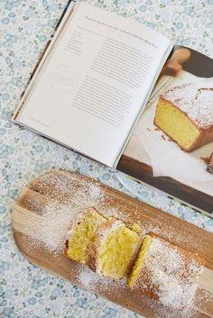 5 Minuten Zeit, 9 Zutaten, ein himmlisch saftiger Zitronenkuchen Dieser Zitronenkuchen ist eine Wucht. Er ist so saftig und fluffig und herrlich lecker – man kann einfach nicht aufhören zu naschen. Nein, kein dröger und trockener 0815 Zitronenkuchen. Wenn ich dieses gute Stück als Gastgeschenk mitbringe, ist er immer sofort weg. Hmmm, lecker. An wirklich bescheidenen Tagen hilft nur noch eines: Kuchen. Kuchen ist für mich schon immer Soulfood und backenfür mich pure Entspannung. Deshalb…