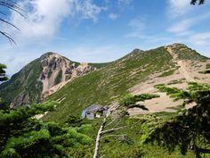 箕冠山を下った所から天狗岳を写す。鞍部に根石山荘。天狗岳 八ヶ岳登山ルートガイド。Japan Alps mountain climbing route guide