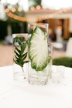 Un centro mesa muy chic y sencillo de hacer con una hoja de palma en un vaso de cristal. Fotografía: Elaine Palladino.