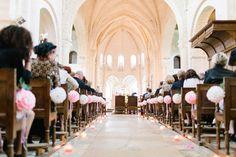 des pompons pour décorer les bans de l'église